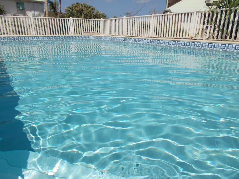 Reflet du soleil dans la piscine