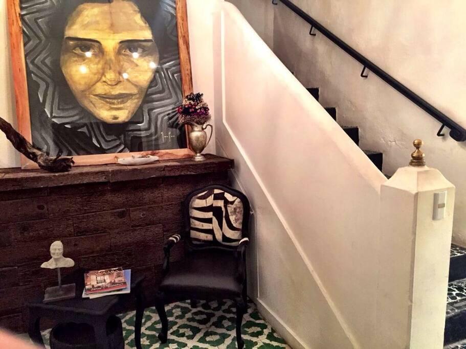 El hall de entrada con un cuadro del artista juan luis ramirez