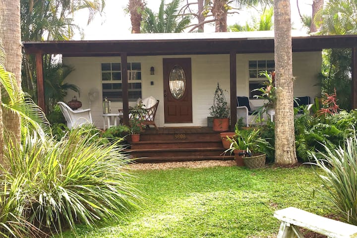 Hobe Sound, Charming Cottage, Tropical Setting.