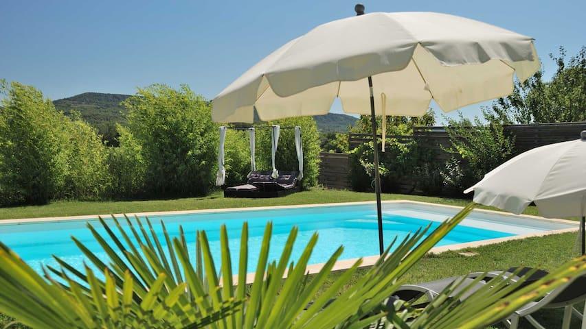 Maison avec sa piscine au chant des cigales