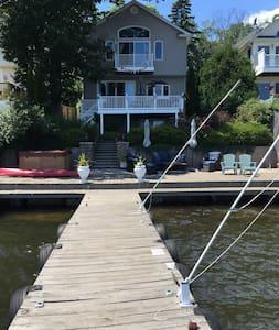 Five Star Upscale Lakeside Retreat - Hus