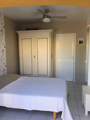 votre chambre privative avec accès à la salle d'eau par porte à galandage, ventilateur plafonnier.