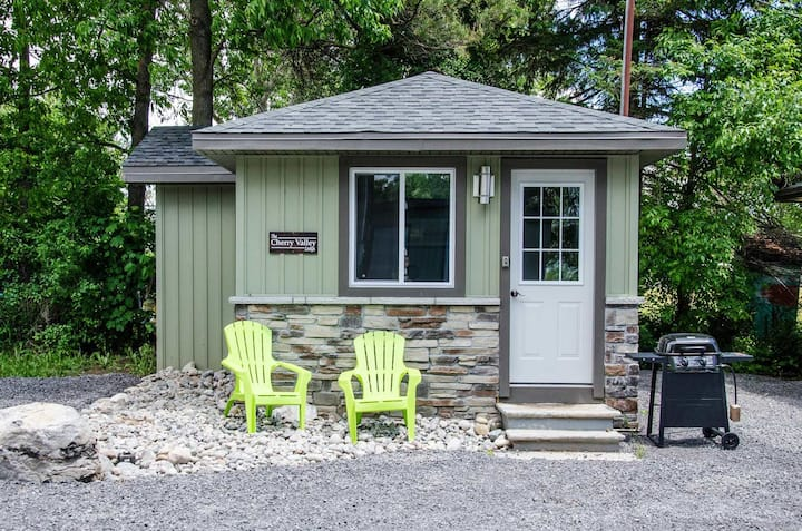 The Cherry Valley - Family friendly West Lake Cottages shared waterfront