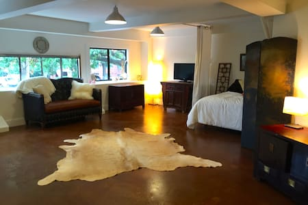 Gorgeous downtown mall studio IDEAL LOCATION!!***
