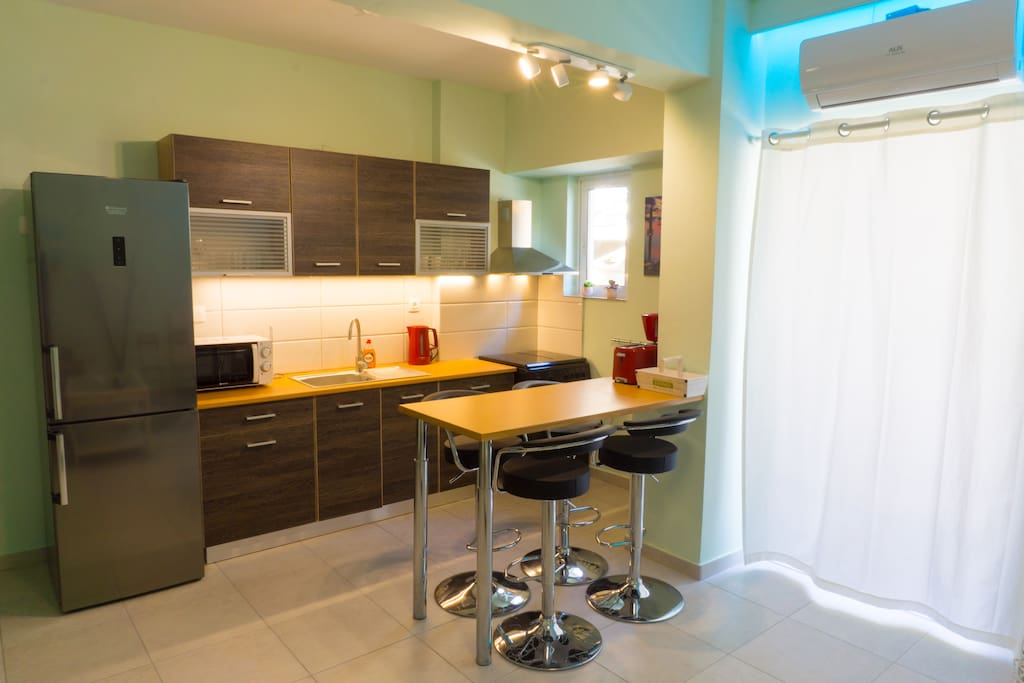 Fully equipped kitchen with multi-function bar table!