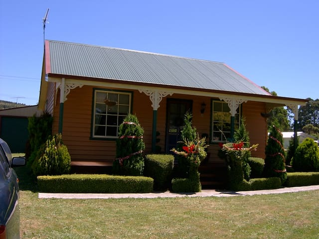 """Grand Ole Topiary"" Cottage"
