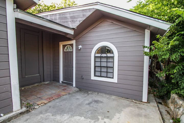 Remodeled Guest House Near Downtown/Military Base