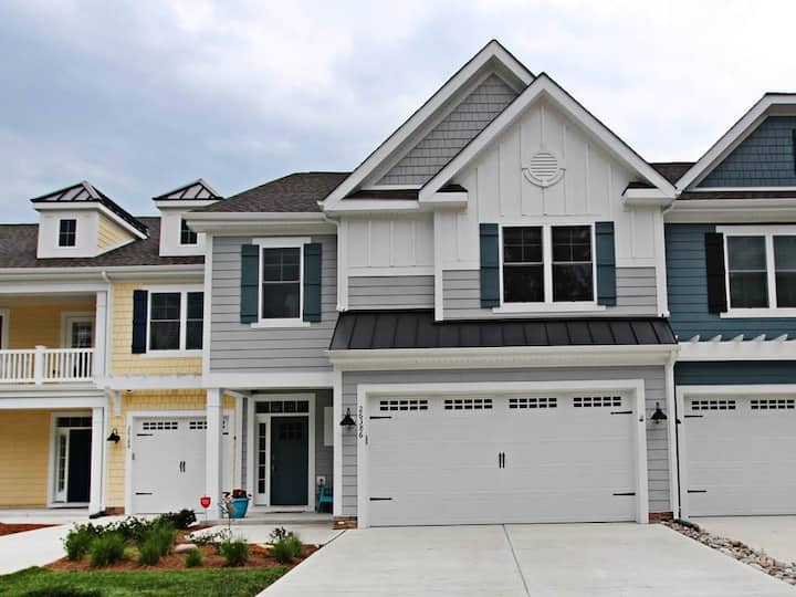 Bayside Resort townhouse w/ gym, shared sauna, fireplace, and golf on-site