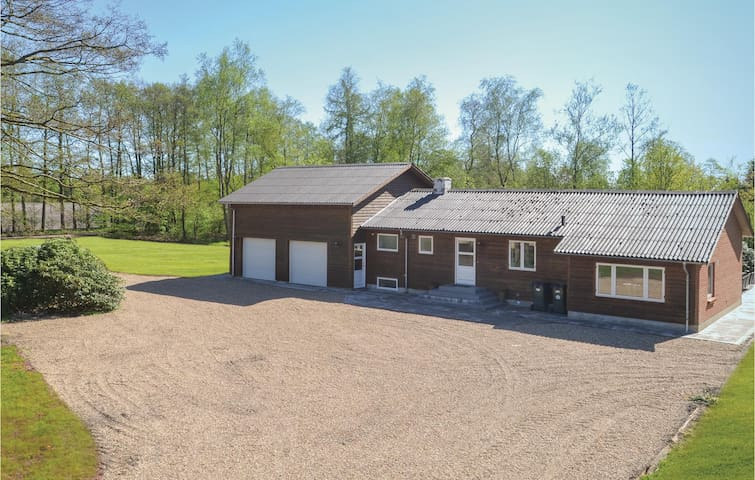 Former farm house with 5 bedrooms on 237m² in Kibæk