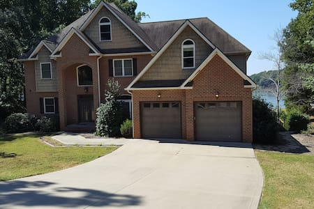 Ideal spacious four level vacation home - Mooresville
