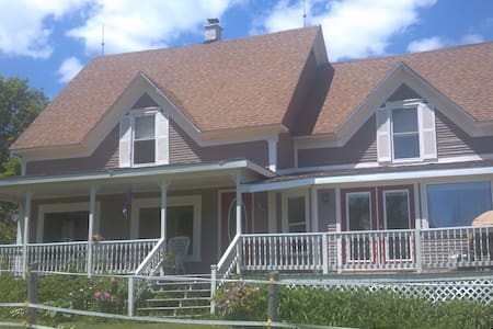 Updated Farmhouse w/Amazing View - Lunenburg - Hus