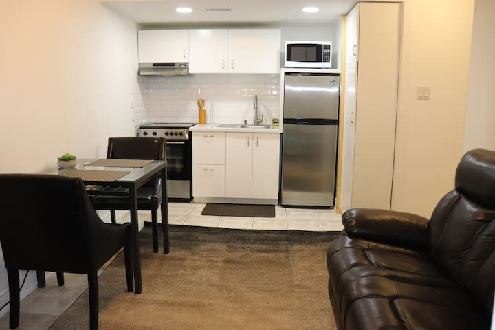 AAA+++Ground Level Suite In Thornhill Near Toronto