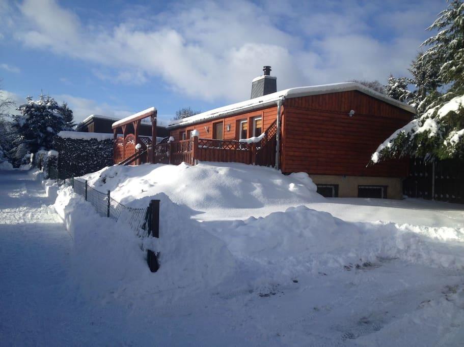 Der Bungalow verschneit im Winter