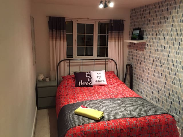 Double bedroom in quiet location - Brighouse - Talo