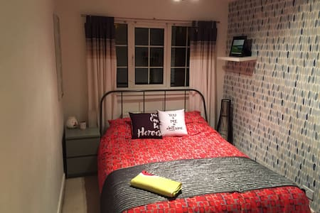 Double bedroom in quiet location - Brighouse - Rumah