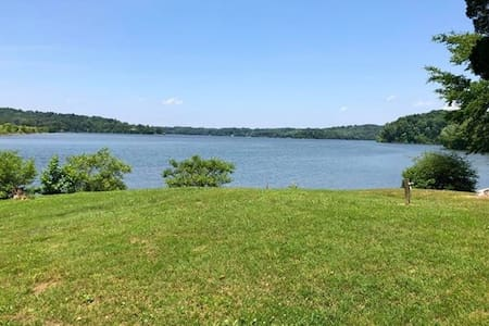 Lakeside sleeps 4 - Lake Barkley Boat slip Extra