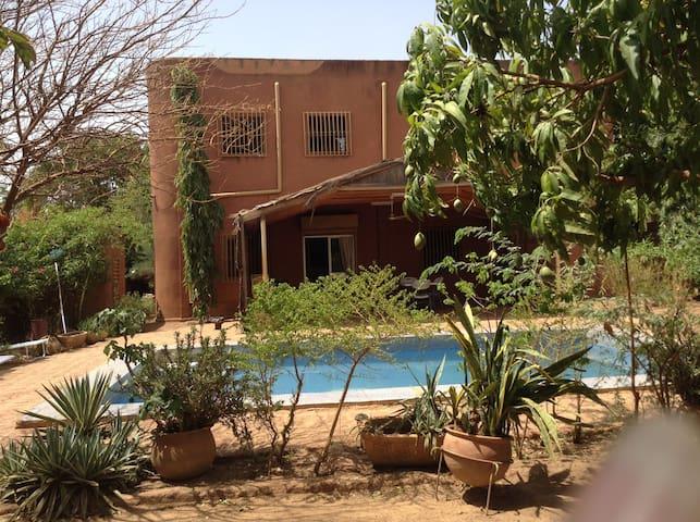 Espace jardin + piscine + terrasse