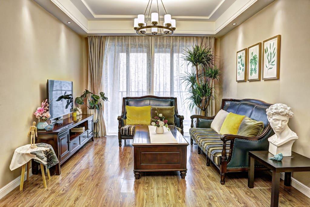 客厅精致的装修,全实木家具。处处体现着艺术。