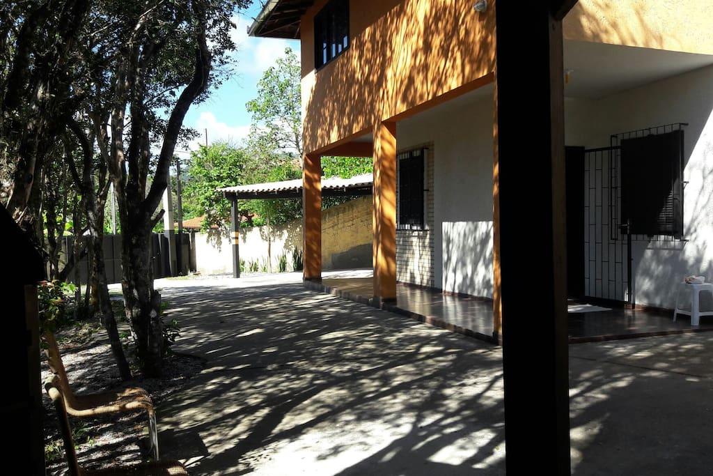 varanda coberta,calçadas,garagem e terreno arborizado. integração com natureza da ilha.
