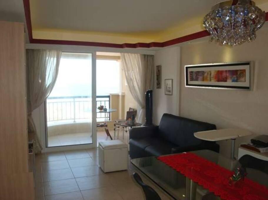 Sala de Estar  e Jantar com vista total da praia - Living and Dining Room with full view of the beach.