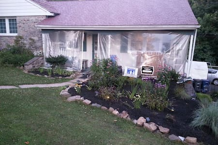 Great Room - in Quiet Parkside Home - Ambler - บ้าน