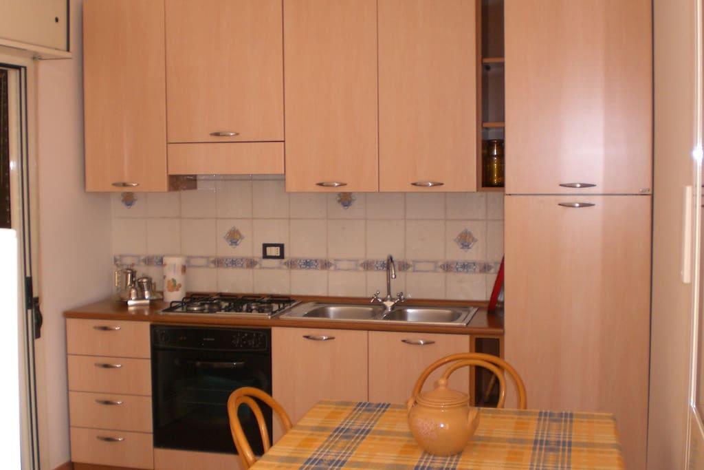 Camera da pranzo con cucina a vista