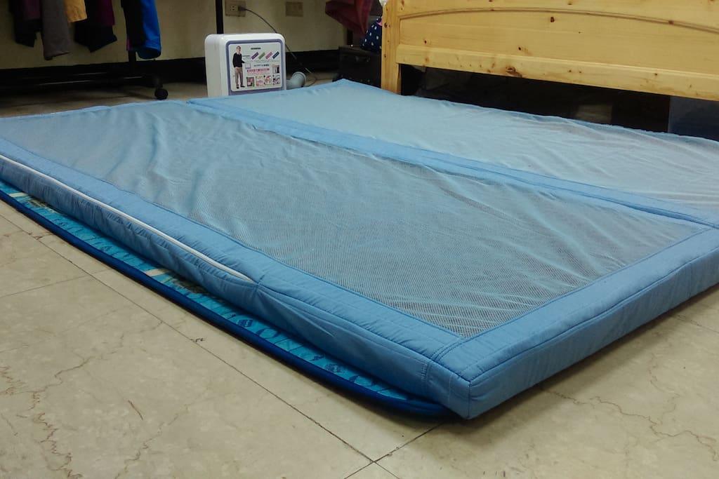 我們使用長期照護中心創新特殊材質設計應用於家庭接待用高級加厚床地墊,有別傳統低廉的床墊。
