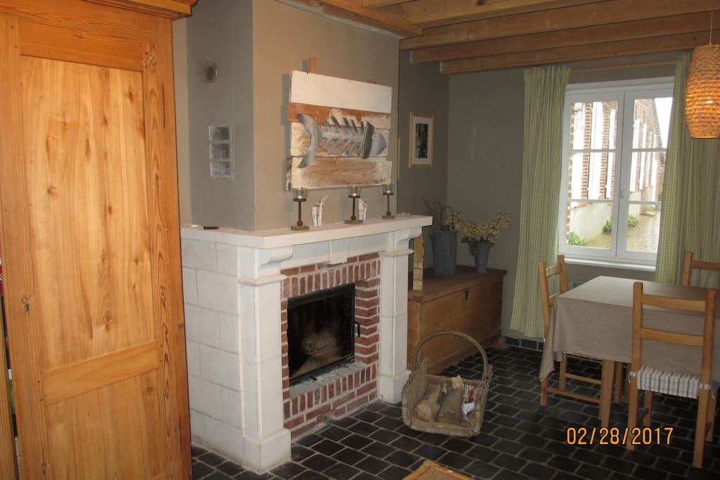 espace salle à manger, cheminée.