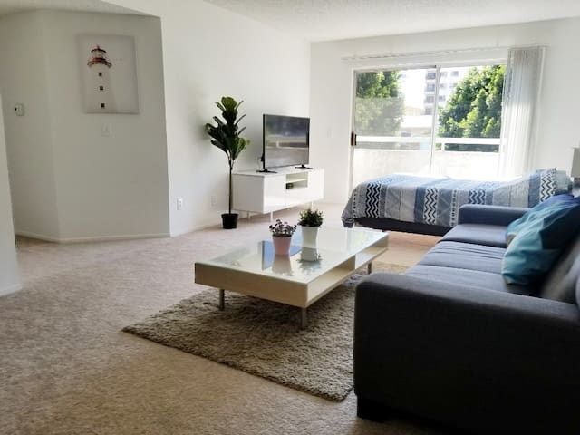 MODERN 1BR + FREE PARKING / WiFi / Balcony!