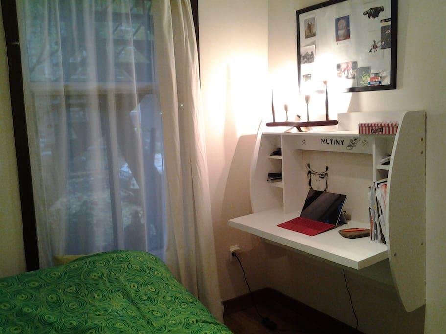 Rez-de-chaussée avec bureau de travail.  First floor with work desk.