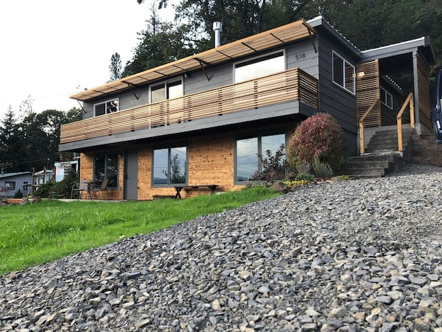 Modern Gorge View house. Close to all the fun.