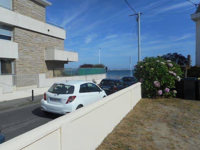 STUDIO CABINE AUX PIEDS DE LA PLAGE AVEC JARDINET - Larmor-Plage - Apartamento