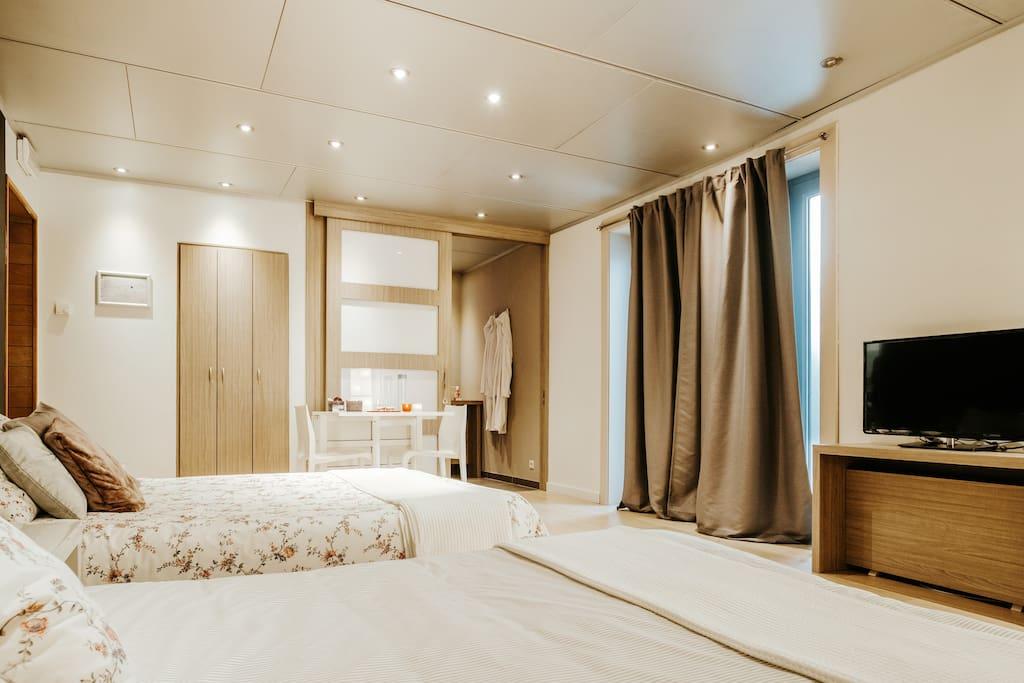 Leefruimte kamer K3 met TV, tablet met chroomcast en multimedia. 2 slaapbanken en afsluitbare badkamer met douche en lavabo