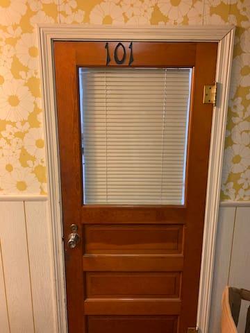 2 Bedroom Apt in small, nice neighborhood. Apt#101