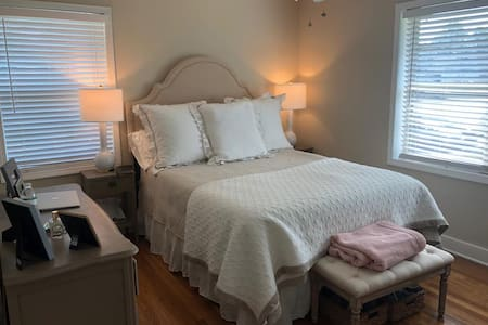 Cute Apartment In dtown Homewood! Short&Long Stays