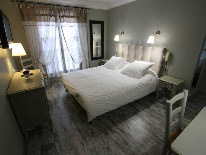 Chambre de luxe grand lit bains terrasse