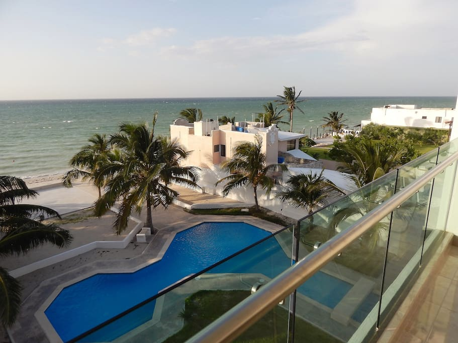 Enjoy one of the most beautiful sea views. // Disfrute el balcón como usted se lo merece.