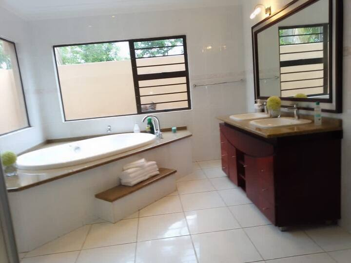 Stunning king size en suite bedroom in uMhlanga