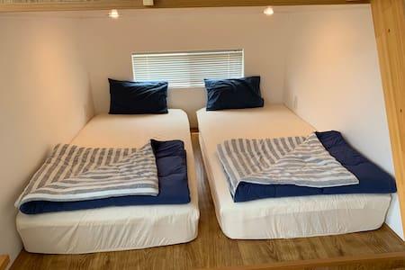寝室の様子。ベッドは高反発マットレスを使用。