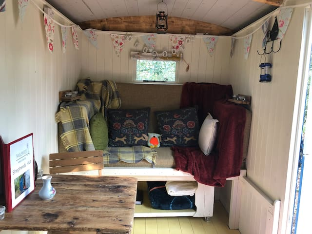 Shepherds Hut in Purbeck Woodland with breakfast