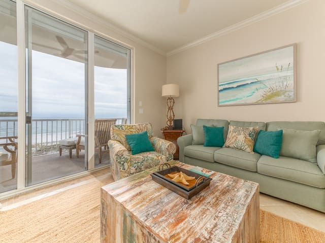 Inviting Condo, Gulf-front balcony, On-site pool, On the beach