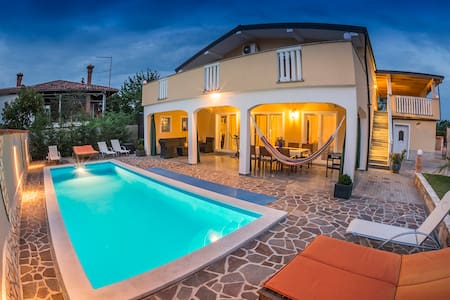 4* FewoDino - Istrien mit Privates Beheiztem Pool - Buje - Byt