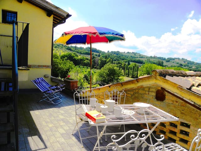 Confortable stone house, view on hills and Assisi - Bevagna - House