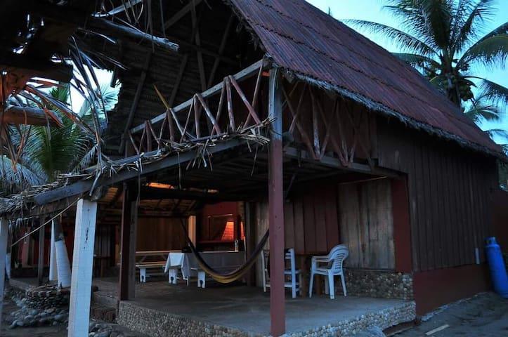 Cabaña Rústica frente al mar.