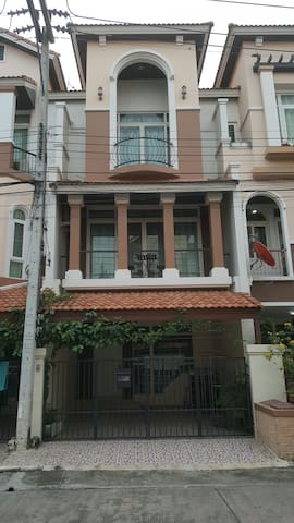 Townhouse at Donmuang Airport - Patumthani - Huis