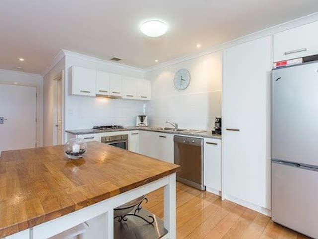 Immaculate & Spacious Townhouse - West Leederville - Apartment