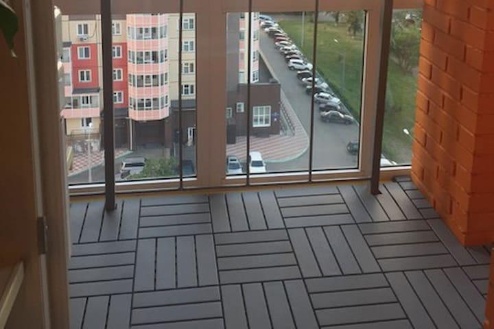 Уютный балкон с панорамным остеклением туристам