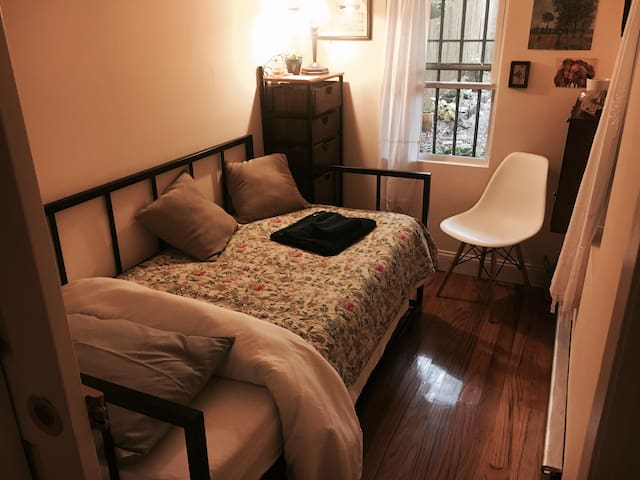 Cozy room in apartment w/ private patio & backyard