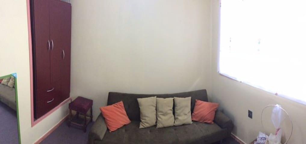dormitorio con un futón de 1 1/2 plaza