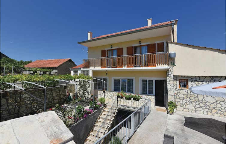 Holiday apartment with 3 bedrooms on 95m² in Skradin